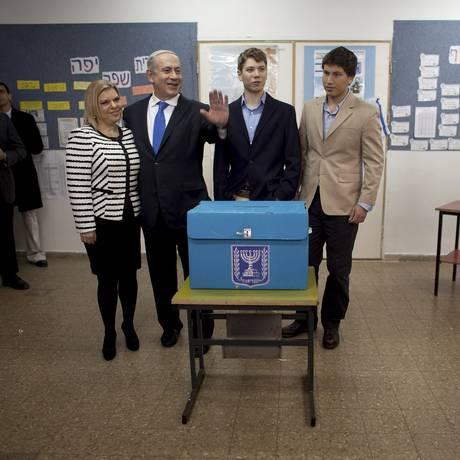 Sob suspeita. Sara, o premier Netanyahu e os filhos, Yair e Avner. Os três primeiros serão interrogados juntos hoje Foto: Uriel Sinai / Agência O Globo