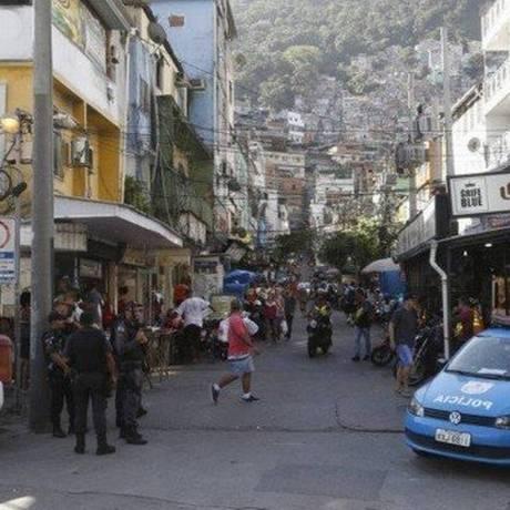 Movimentação policial na Rocinha após tiroteios que deixaram oito mortos em março Foto: Fábio Guimarães / Agência O Globo