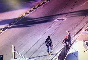 Um dos bandidos armados em fuga na Rua Cândido Benício Foto: TV Globo / Reprodução
