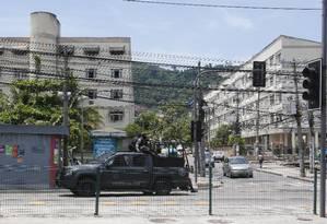Movimentação policial na comunidade do Bateau Mouche, na Praça Seca Foto: Reginaldo Pimenta - 10/02/2018 / Agência O Globo