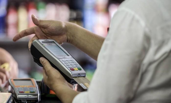 BC limita a tarifa de uso do cartão de débito