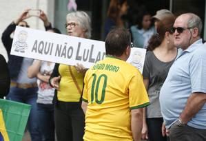 Manifestantes contra Lula fazem ato em praça de Francisco Beltrão onde petista fará discurso Foto: Marcos Alves / Agência O Globo