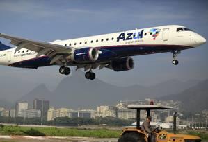 Avião da Azul aterrissa no aeroporto Santos Dumont, no Rio de Janeiro. Foto: Dado Galdieri/Bloomberg