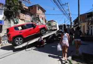 Um dos carros recuperados pela PM Foto: Fabiano Rocha / Agência O Globo