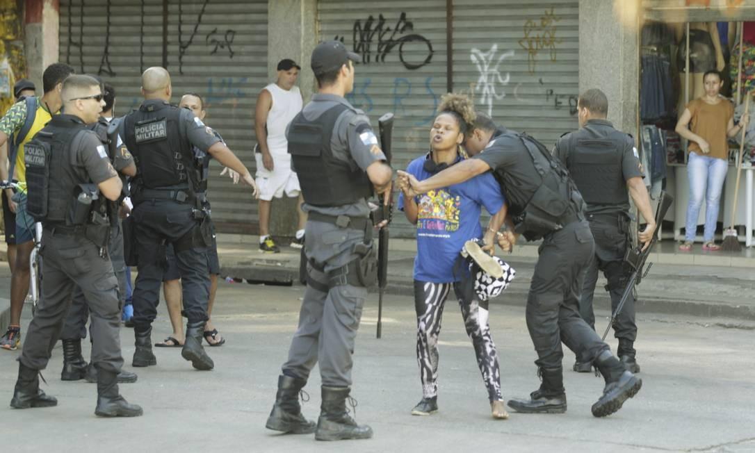 PM algema Ana Letícia de Souza, que se queixava com policiais militares que faziam operação na Rocinha Foto: Gabriel de Paiva / Agência O Globo