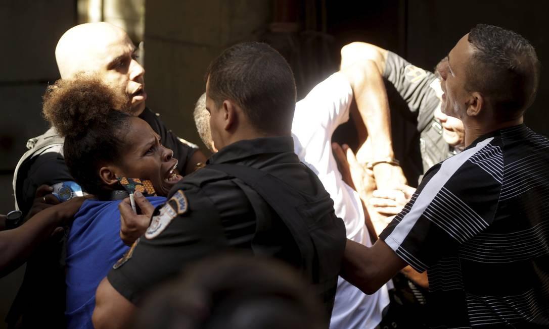Confusão entre policiais da UPP e os moradores da Rocinha Foto: Gabriel de Paiva / Agência O Globo