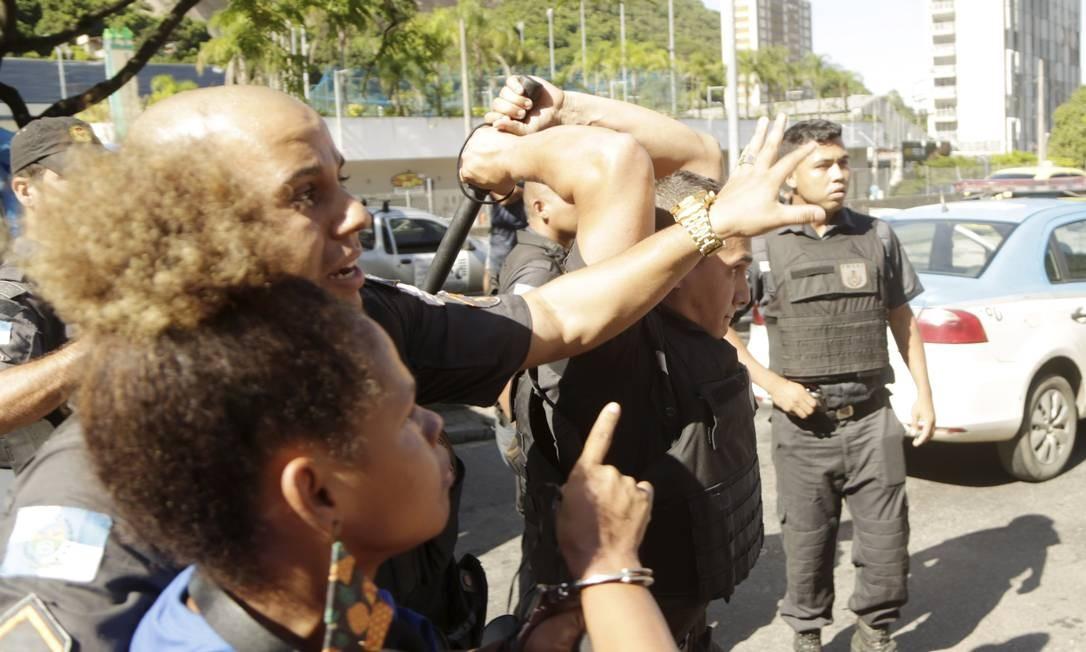 Ana Letícia ao lado dos PMs na Rocinha Foto: Gabriel de Paiva / Agência O Globo