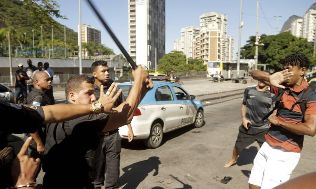 Com cassetete na mão, policial militar entra em confronto com moradores na Lagoa-Barra Foto: Gabriel de Paiva / Agência O Globo