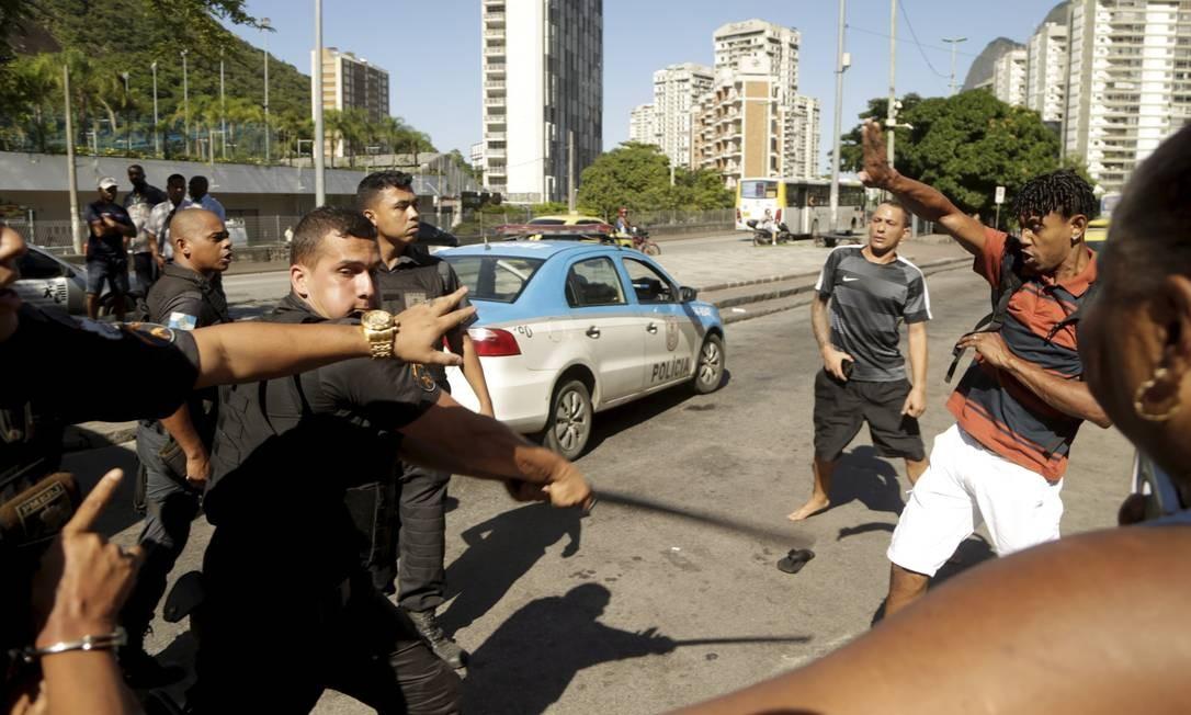 Moradores alegam que houve até dois tiros de pistola efetuados pelos agentes Foto: Gabriel de Paiva / Agência O Globo