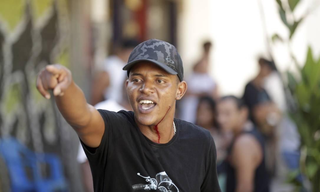 Um morador fica ferido na confusão Foto: Gabriel de Paiva / Agência O Globo