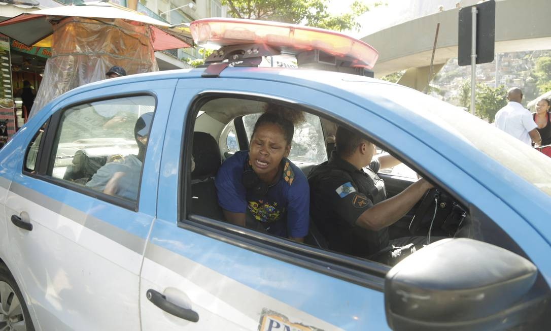 Ana Letícia é levada para a delegacia no carro da PM Foto: Gabriel de Paiva / Agência O Globo
