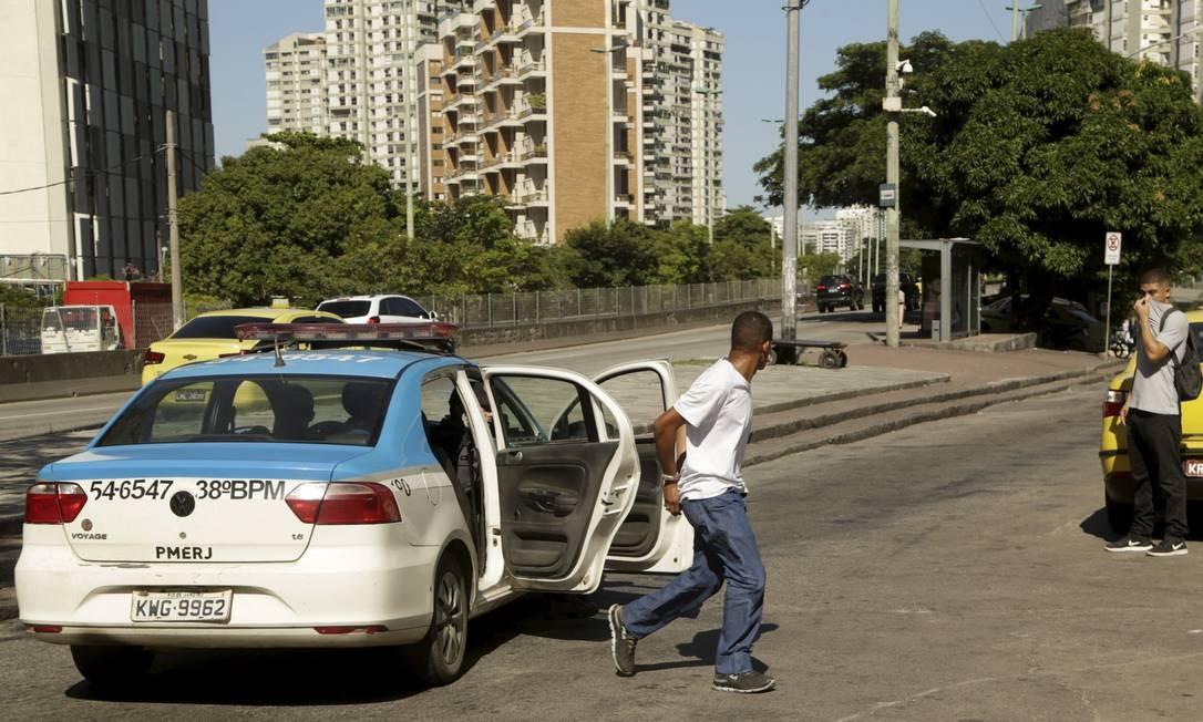 Algemado, homem foge de carro da polícia que ia conduzi-lo à delegacia Foto: Gabriel de Paiva / Agência O Globo