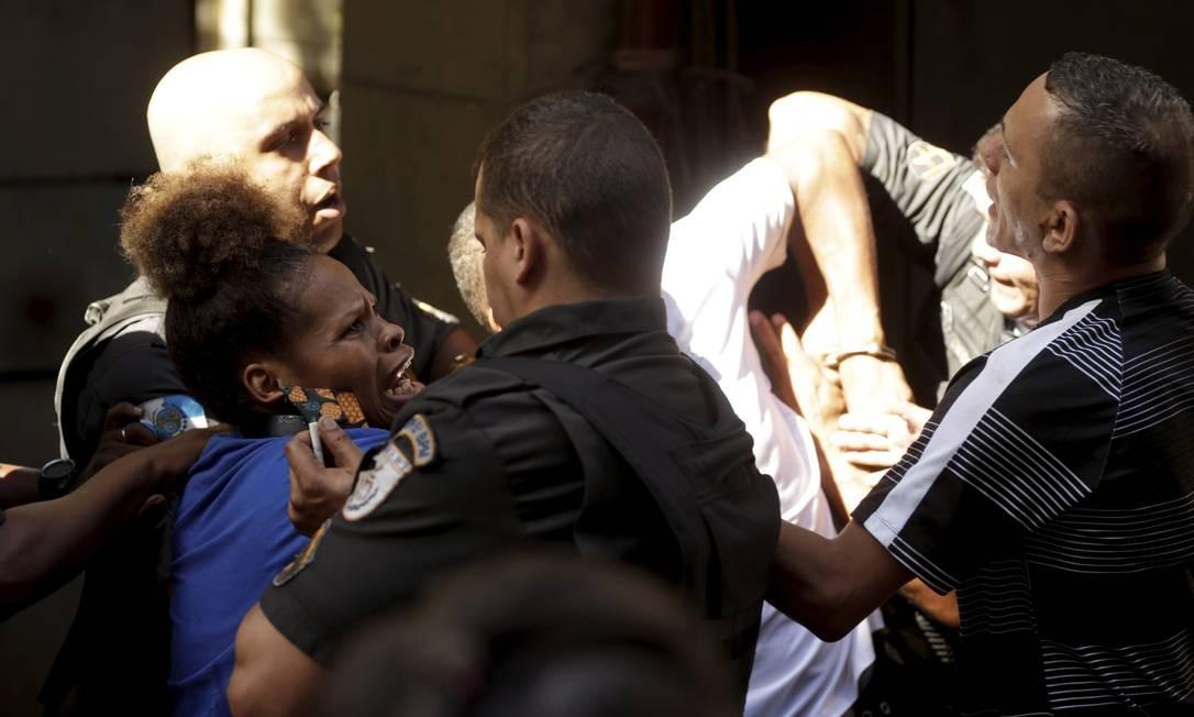 Confusão entre policiais da UPP da Rocinha e moradores deixa vários feridos, entre eles Ana Letícia de Souza, que filmou a ação e teve um celular quebrado Foto: Gabriel de Paiva / Agência O Globo