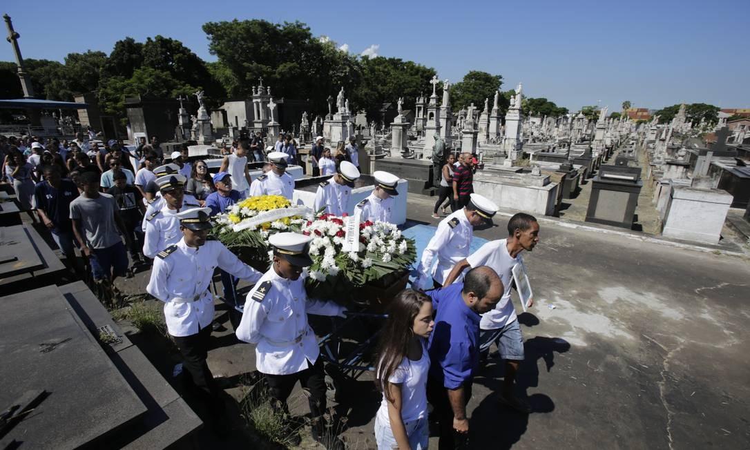 Corpo de Matheus foi enterrado no cemitério do Caju Foto: Alexandre Cassiano / Agência O Globo