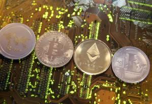 Representações das criptomoedas ripple, bitcoin, etherum e litecoin Foto: DADO RUVIC / REUTERS/13-2-2018