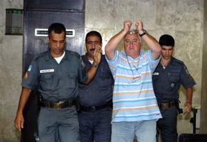 Vereador Jerônimo Guimarães Filho (Jerominho), sai algemado após audiencia no TJ do Rio, em 2008. Ele é acusado de comandar uma rede de milícia na Zona Oeste do Rio Foto: Hipólito Pereira / O Globo