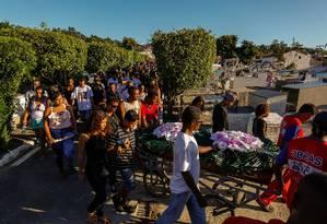 Enterro dos jovens assassinados no último domingo, em Maricá Foto: Marcelo Regua / Agência O Globo