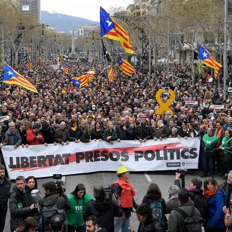 Manifestantes pedem libertação de líderes separatistas, em Barcelona Foto: LLUIS GENE / AFP