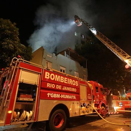 Bombeiros combatem incêndio em sobrado em Botafogo Foto: Marcio Alves / Agência O Globo