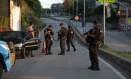 Policiais militares fecham a Grajaú-Jacarepaguá e revistam motoristas Foto: Márcio Alves / Agência O Globo