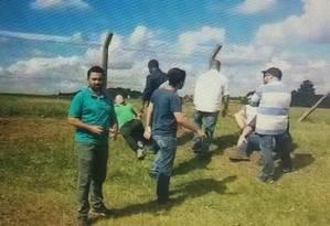 Grupo de seguranças que bateu em manifestantes em aeroporto de Francisco Beltrão (SC). A imagem foi feita pouco antes de repórter do GLOBO ser agredido nesta segunda-feira. O agressor do repórter não aparece na imagem Foto: Sérgio Roxo / Agência O Globo