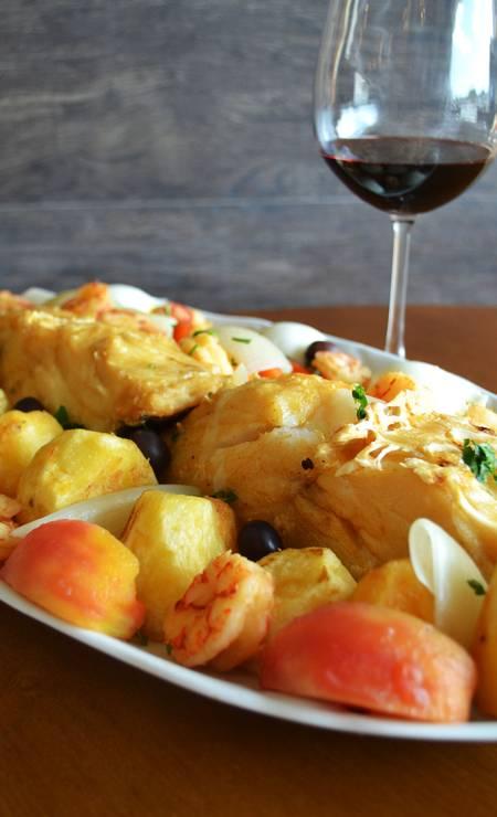Rampinha. O bacalhau Rampinha é grelhado com batatas coradas, pimentões coloridos, tomate, cebola, ovos cozidos e camarões (R$ 115). Praça da Bandeira 201, Tijuca. (2273-7647) Foto: Vitória Moraes / Divulgação