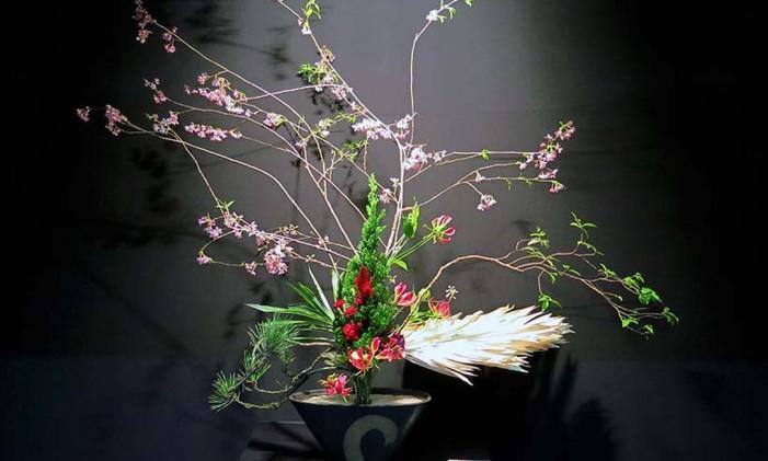 Uma das ikebanas na mostra que reúne trabalhos de alunos da Escola Seiguetsu, filial carioca sob a supervisão da professora japonesa Masuyo Otsuka Foto: ROGERIO P.D. LUZ / Divulgação/Rogério P.D.Luz