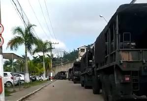 Comboio do Exército do lado de fora do Complexo de Gericinó, durante operação em presídio Foto: Reprodução