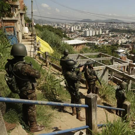 As forças de segurança fazem operação no Complexo do Lins, na Zona Norte do Rio Foto: Gabriel de Paiva / Agência O Globo