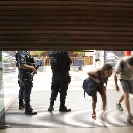 Clientes deixam o shopping às pressas Foto: Uanderson Fernandes / Agência O Globo