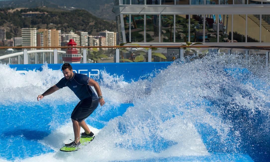 """Surfe a bordo do navio de cruzeiros """"Symphony of the Seas"""", da Royal Caribbean, apresentado para a imprensa nesta terça (27) em Málaga, no sul da Espanha. A embarcação é a maior do mundo e 2.700 cabines, possui uma pista de gelo, parque aquático e quadra de basquete Foto: JORGE GUERRERO / AFP"""