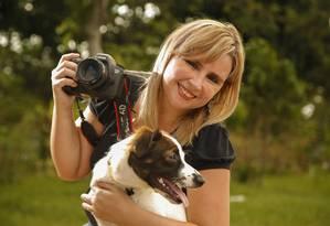 A fotógrafa Ludmila Machado e a sua cadela, Nina Foto: Marcelo de Jesus / Agência O Globo