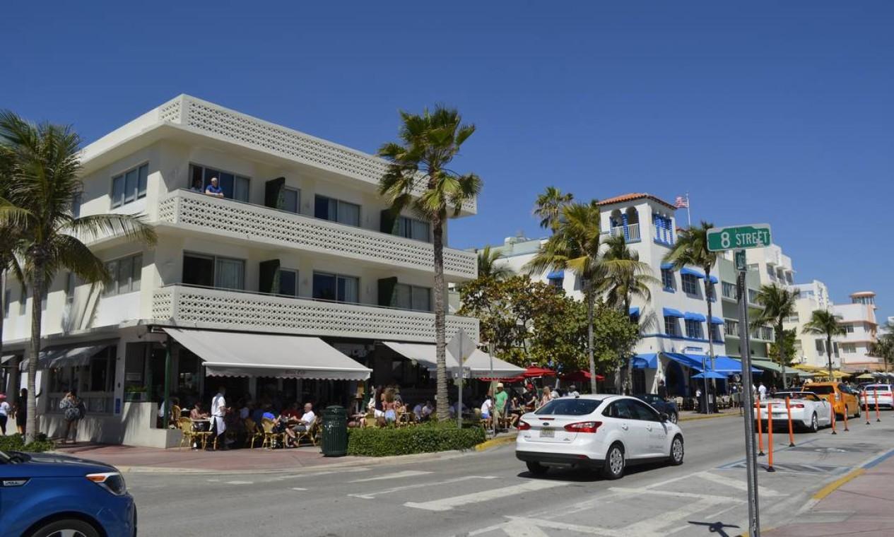 News Cafe, frequentado por Gianni Versace, foi um dos primeiros estabelecimentos em South Beach a encorajar a integração entre gays e straight pelope Foto: Cristina Massari / Agência O Globo