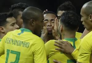 Gabriel Jesus, ao centro, comemora com os companheiros a o gol da vitória brasileira sobre a Alemanha Foto: Michael Sohn / AP