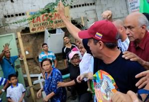 Henri Falcón acena para população de favela de Petare, em Caracas Foto: MARCO BELLO / REUTERS
