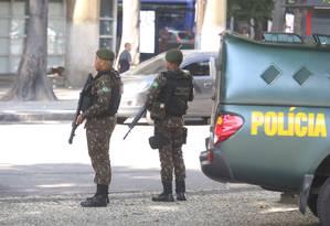 Soldados do Exército começam o patrulhamento nas ruas do Rio Foto: Fabiano Rocha / Agência O Globo