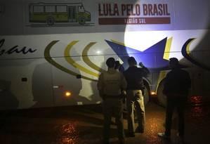 Policiais vistoriam ônibus da caravana de Lula que foi alvo de tiros no Paraná Foto: Eraldo Peres / AP