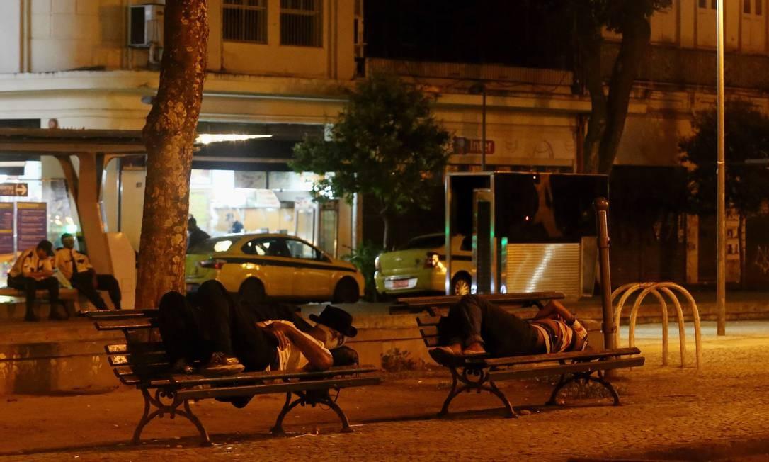 Lenvatamento da prefeitura do Rio indica 4.628 pessoas em situação de rua na cidade: moradores em situação de rua dormem na Praça Tiradentes, no Centro do Rio Foto: Fabio Gonçalves / Agência O Globo