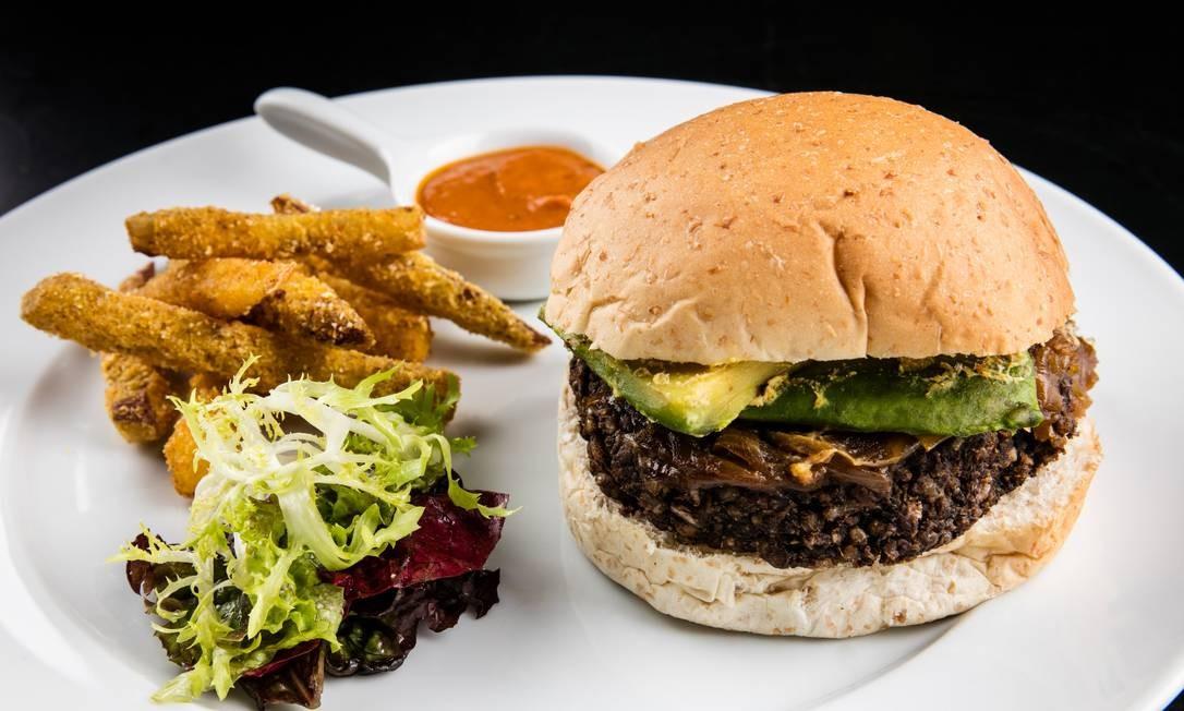 Da Bela. No lugar da carne, feijão. O hambúrguer é servido com abacate, cebola caramelizada, catchup caseiro e fritas (R$ 47). Av. das Américas 8585, Barra. (3609-3300) Foto: Tomás Rangel / Divulgação