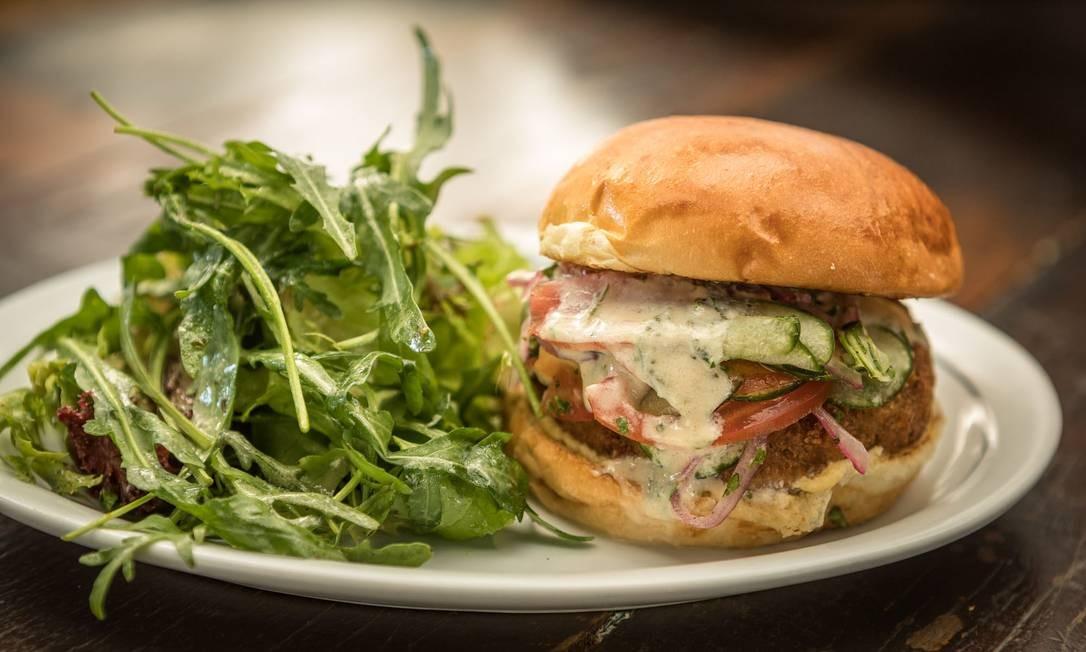 Astor. O falafel burger é a opção vegetariana do sanduíche, com homus, tahine verde e salada de pepino, tomate e cebola roxa (R$31). Av. Vieira Souto 110, Ipanema. (2523-0085) Foto: Carol Gherardi / Divulgação
