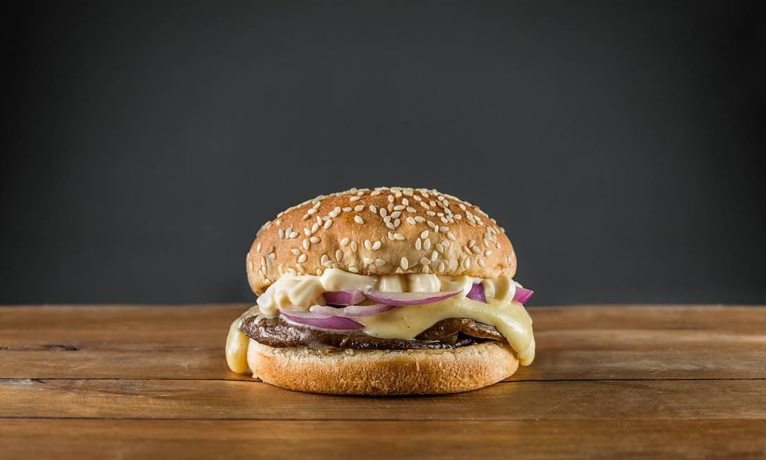 LeMax. O Sumurf Burguer é feito com shiitatakes inteiros, queijo, manjericão, cebola e maionese (R$20). Rua Nelson Mandela 100, Botafogo. (3495-9800) Foto: Tomas Rangel / Divulgação