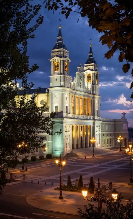 A Catedral de la Almudena é a sede da diocese de Madri. A construção, que mistura estilos como neclássico e gótico, tem mais de 100 metros de altura. Foi aqui que o príncipe Filipe de Bourbon, da Espanha, se casou com a jornalista Letícia Ortiz em 2004. Foto: Visit Spain