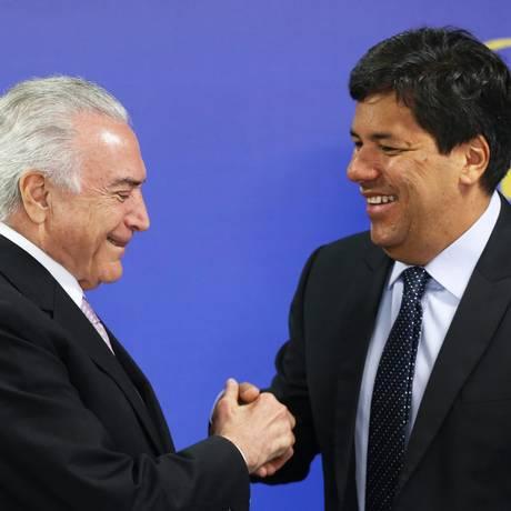 O ministro da Educação, Mendonça Filho, cumprimenta o presidente Michel Temer durante cerimônia no Planalto Foto: Ailton de Freitas/Agência O Globo