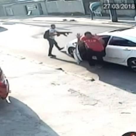 Bandido aparece apontando o fuzil para o motorista Foto: Reprodução
