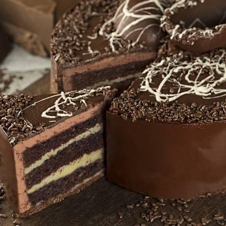 O bolo de chocolate da Parmê leva creme de cacau e brigadeiro branco, decorada com uma cinta de chocolate meio amargo e um laço de juta Foto: Rodrigo Azevedo / Divulgação