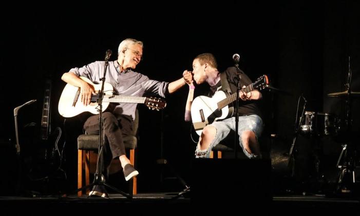 Caetano Veloso e Maria Gadu no show realizado no Parque Lage em prol da 'Queermuseu' Foto: Marcos Ramos / Agência O Globo