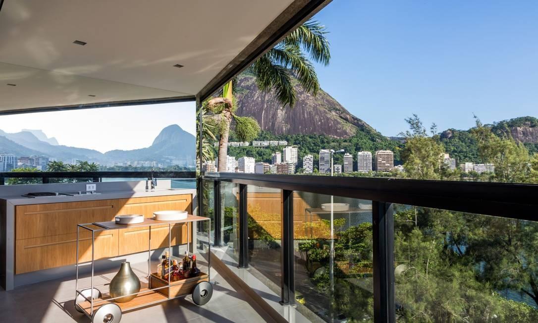 O espelho na lateral da varanda foi um truque que reflete a paisagem da Lagoa Foto: André Nazareth