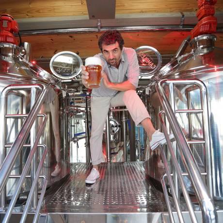 Cello Camolese, um veterano no mercado de cervejas, abriu o primeiro brewpub da Zona Sul Foto: Roberto Moreyra / Agência O Globo