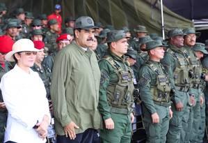 Maduro com a mulher, Cilia Flores, e Vladimir Padrino Lopez, ministro da Defesa: descontentamento crescente entre militares Foto: Reuters