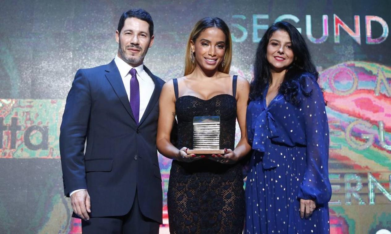 A cantora Anitta recebe o prêmio dos editores do site, Rolland Gianotti, e de Cultura, Fátima Sá Foto: Pablo Jacob / Agência O Globo